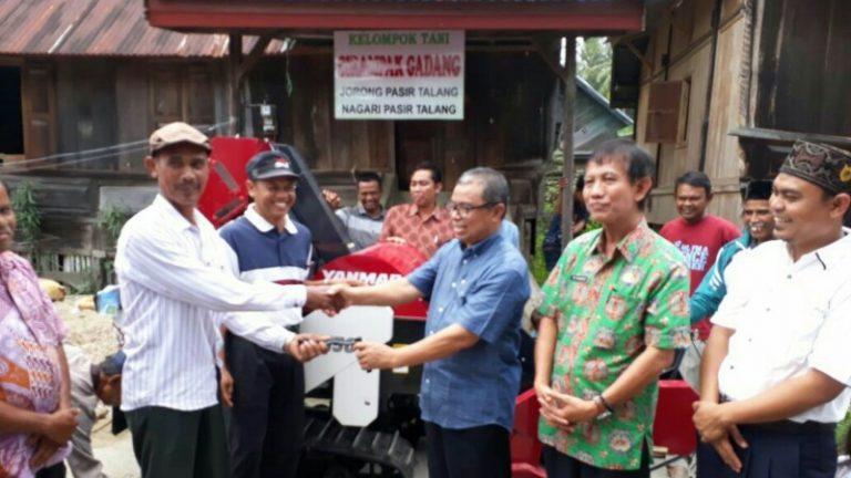 Anggota DPR RI, Hermanto Bagikan Mesin Combine Harvester di Solsel