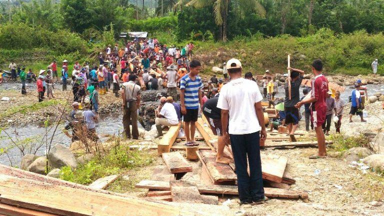 Tak Kunjung Selesai, Masyarakat Goro Bangun Jembatan Darurat